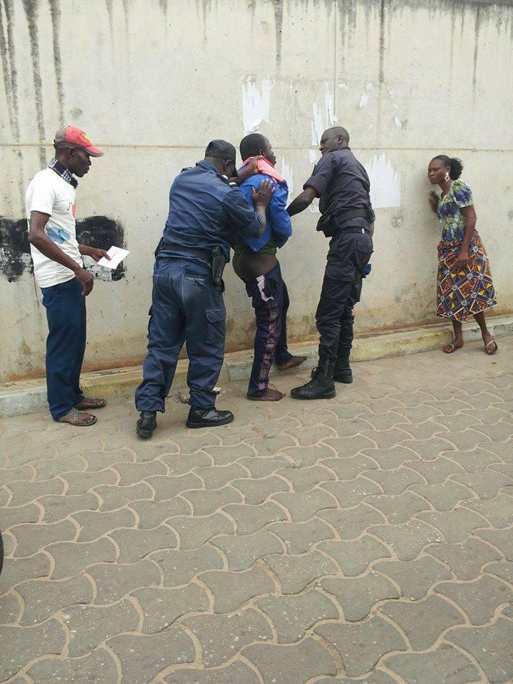 Un motocycliste humilié par les policiers pour non port du casque