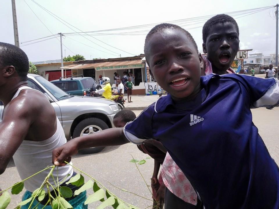 Les enfants dans la rue de cotonou